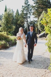 romantic wedding in Tuscany - couple picture ideas the walk